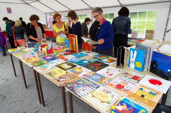Vue d'un stand de librairie pour livres jeunesse