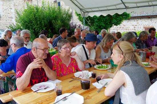 Échanges autour du repas pris en commun avec les auteurs à la fête du livre de Roisey